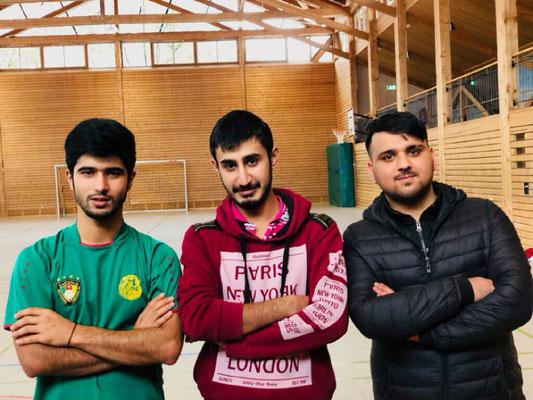 Trainer Sayed Ali Mohamed (Mille) und Co-Trainer Aslf Rasooll (rechts) mit einem Helfer Ibrahim Shah. Foto: bsch
