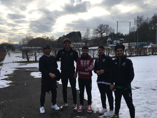 Freundschaftsspiel der Kricketmannschaft SV Kirchanschöring e.V. Gegen Laufen bei Minusgraden auf dem Sportplatz in Laufen