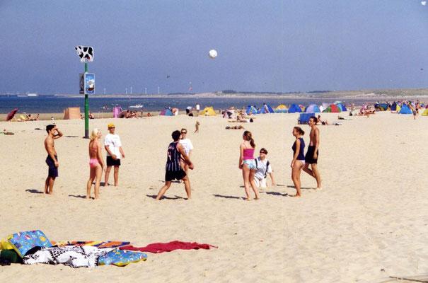 Volleyball spielen am Strand