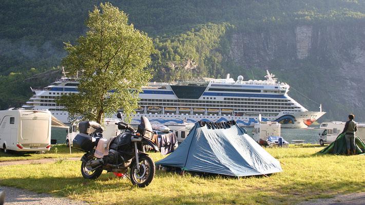 Kreuzfahrtschiff bei Geiranger, Norwegen