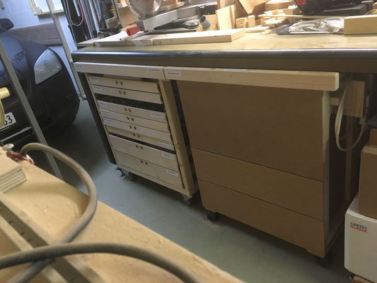 Fertig unter Werktisch eingeschobene Schubladen- und Oberfräsen-Rolli