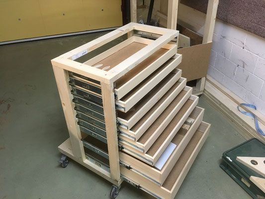 Schubladen-Rolli zwischen Montage, noch ohne Seitenwände