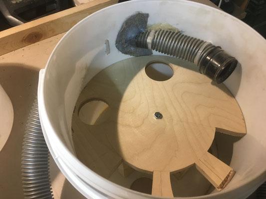 Staub-Separator 1. Stufe Luftströmung lässt Staub und kleine Teile am Rand absinken in das Auffang-Gefäss.