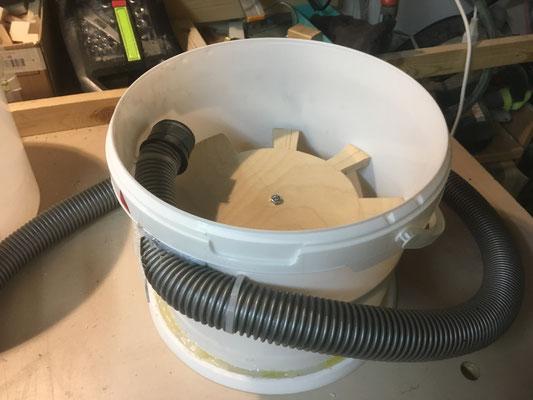 Zuführschlauch ist mit Heiss-Leim und Kabelbinder befestigt und abgedichtet.