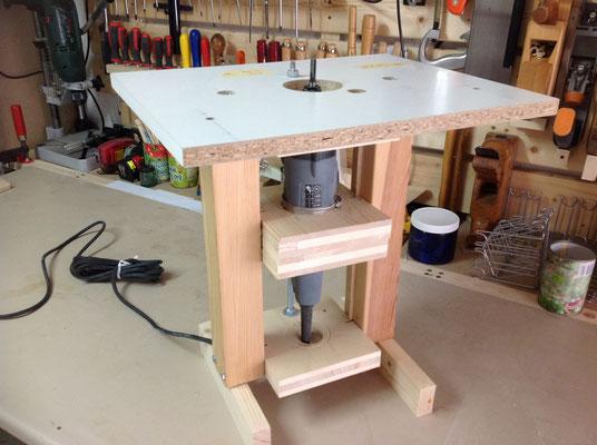 Die Oberfräse fix montiert mit einem Vertikal-Gewinde zur Milimeter-genauen Justierung.