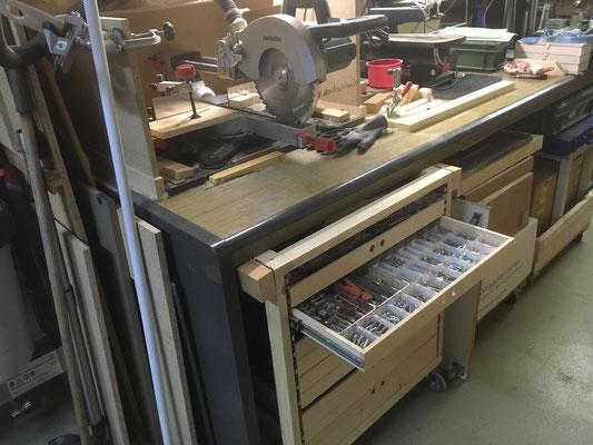 Schubladen-Rolli unter Werktisch versporgt