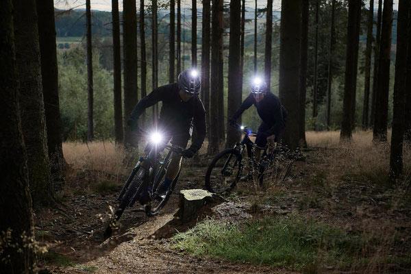 Zwei Männer mit Licht am Helm auf dem Giant Talon E+