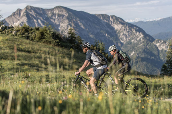 Ein Paar bei einem e-MTB Ausflug auf den Corratec e-Mountainbikes