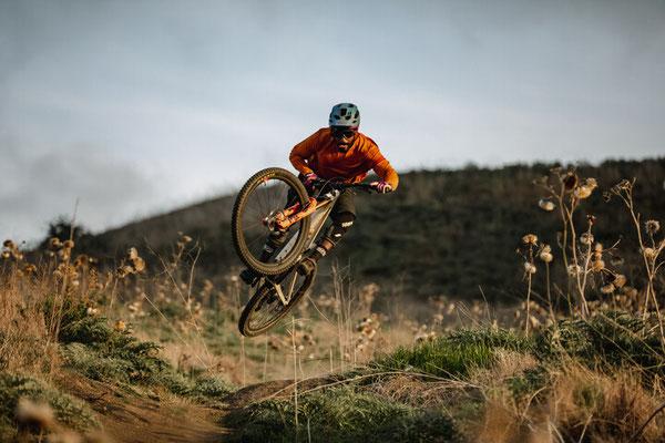 Moodbild eines e-Mountainbikefahrers, der die neue 34 Federgabel von Fox testet