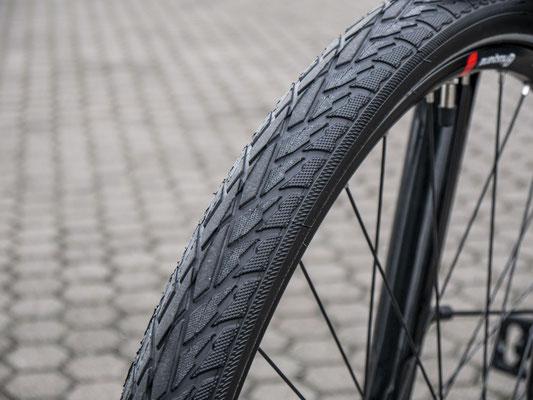 Nahaufnahme eines herkömmlichen City e-Bike Reifens