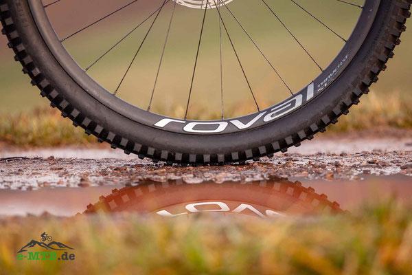 """29er Laufräder und 2,6"""" breite Reifen bringen traktion und Laufruhe."""