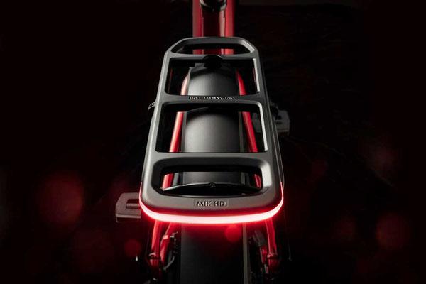 Gepäckträger leuchtet in roten Farben am Turbo Tero