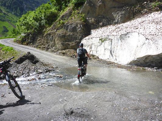 ...fühlt sich als Trekking e-Bike auch Offroad richtig wohl...