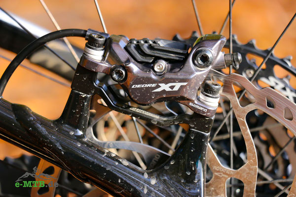 Die Shimano Deore XT Bremse in Nahaufnahme am Giant Trance X E+