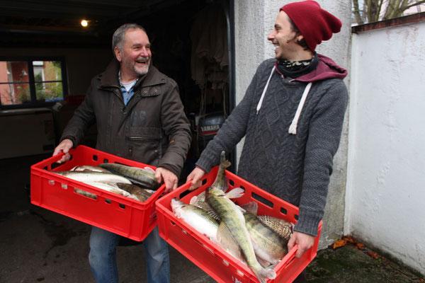Ausliefern der Fische an die Gourmet-Gastronomie