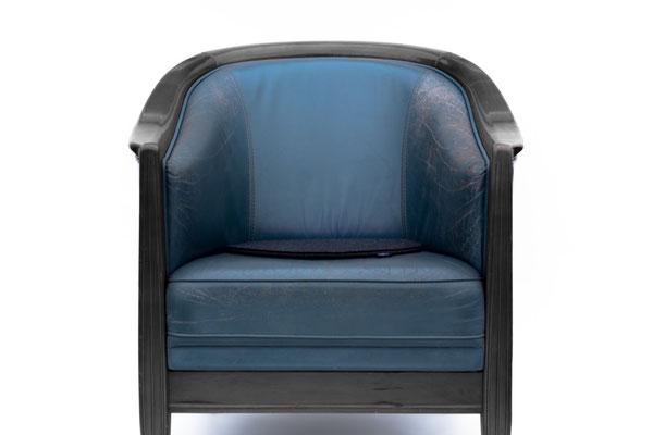 Rob&Raf Designer Sitzkissen Sitzunterlage aus Wollfilz in Graphit auf Leder Sessel Blau mit Holz