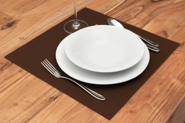 Rob&Raf Designer Tischset Platzset aus Polyester Filz in Braun, Quadrat mit Besteck und Geschirr auf Esstisch