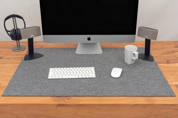 Rob&Raf Designer Schreibunterlage aus Polyester Filz in Grau auf Schreibtisch aus Holz mit PC Computer Maus Tastatur Tasse Kaffee