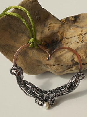 """Art.Nr. 02817 """"Wire weaving"""" Herzanhänger; Kupfer, Silber und Süßwasserperle (€ 40.-)"""