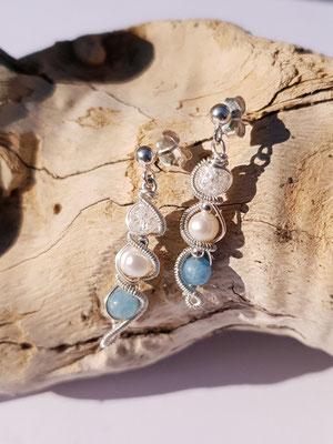 "Art.Nr.: 03813 Ohrstecker ""Stab blau""  blauer Achat, Süßwasserperle und Bergkristall in Sterlingsilber.  (€ 36,-)"