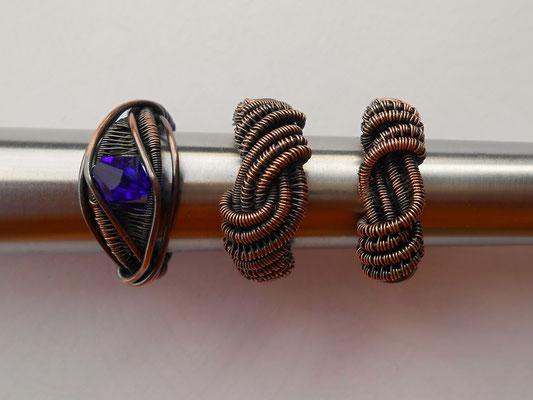 Verschiedene Designs werden in Zukunft in Ihrer Wunschgröße verfügbar sein! Hier zu sehen: Drei Ringe aus Kupfer, einmal mit blauer Glasperle. Links ein Einzelstück (Ringgröße 13 bzw. 53) € 21.- . Mitte und rechts je €18.-