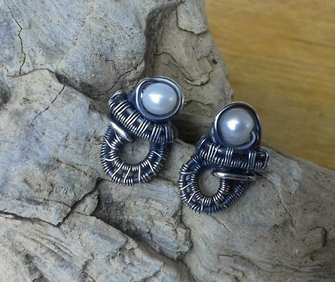 "Art.Nr. 02113 Ohrstecker ""weaving"". Sterling Silber mit Mini Süsswasserperle. Gesamtlänge 17mm  (verkauft)"