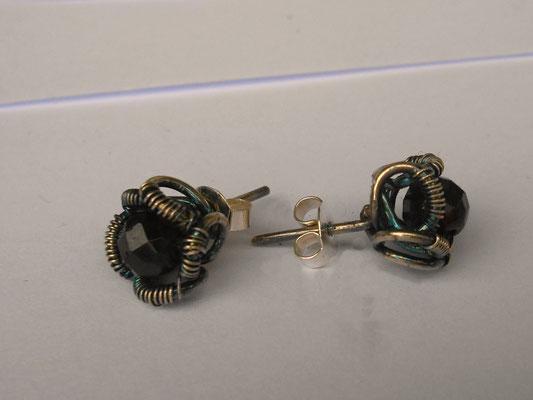 Art.Nr.02313 Ohrstecker, Sterling Silber mit facettierter Granatperle. Durchmesser gesamt etwa 8mm (€ 37.-)