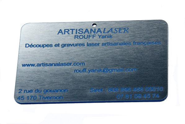 Découpe et gravure laser métal synthétique imitant l'acier brossé avec gravures en couleur bleue . Dimensions 85 mm x 55 mm .
