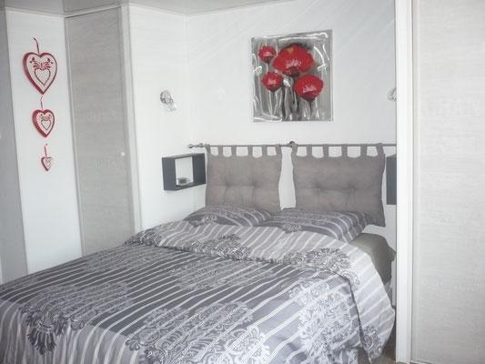 Le lit douillet en face du téléviseur......