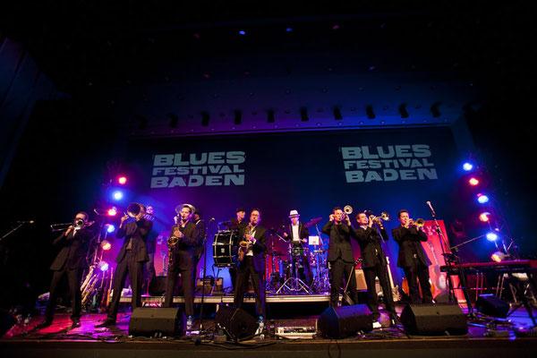 Tolle Kulisse: Ed Elastic im TRAFO Kultur- und Kongressaal Baden: Das Bluesfestival staunte...