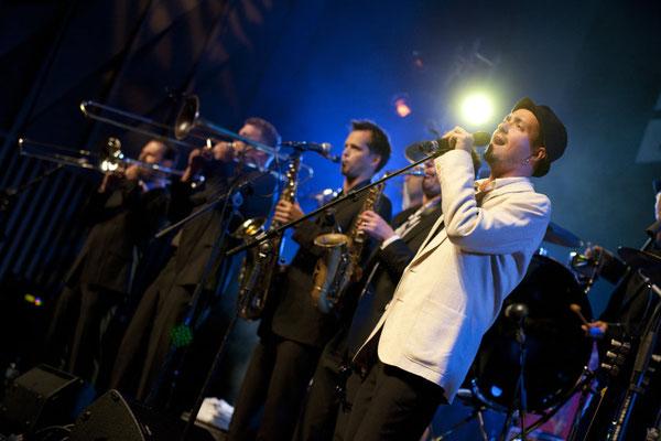 Gehen ab zusammen: Ed Elastic im TRAFO Kultur- und Kongressaal Baden: Das Bluesfestival staunte...