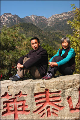 A couple rests at Halfway Gate to Heaven, Taishan