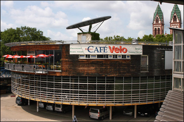 """Mobile"" bicycle station and ""Café Velo"""
