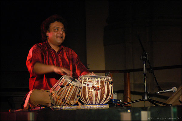 Tanmoy Bose playing with Anoushka Shankar in Firenze