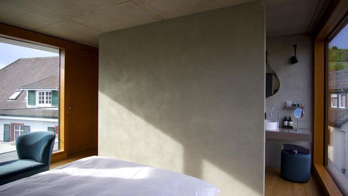 Hotelzimmer mit Lehm Wand; Hotel Krone in Weil am Rhein