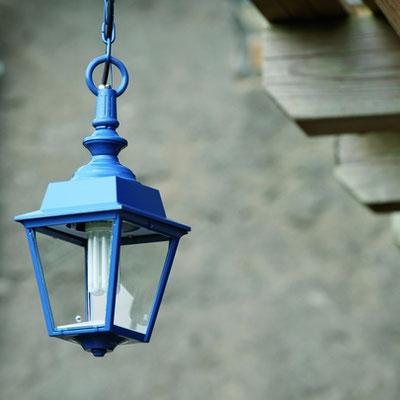 Luminaire : Cette suspension d'extérieur ROGER PRADIER fait partie de la collection plus classique tout en optant pour une couleur moderne ( choix possible des couleurs).