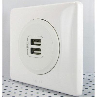 Électricité générale : LEGRAND propose plusieurs modèles  de prises avec double chargeur USB qui vous permettrons de charger votre matériel sans adaptateur.