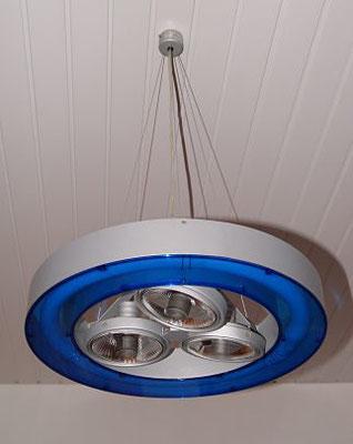 Luminaire : Cette suspension SLV dispose d'une hauteur modulable en fonction de la hauteur de plafond.