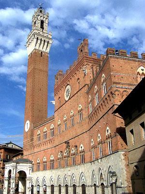 La facciata su piazza del Campo con la Torre del Mangia