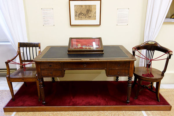bureau de Kapodistrias, au musée d'Histoire Nationale By 2gymkais2 - Collections of the National Historical Museum of Athens, CC BY-SA 4.0, https://commons.wikimedia.org/w/index.php?curid=39151247