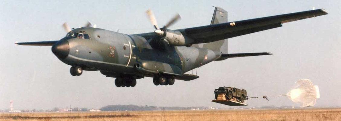Largage en TFH sur Fonsobes depuis un C160. Largage par éjection où l'avion est à 5 mètres du sol. Le parachute ne sert uniquement qu'à freiner la charge.