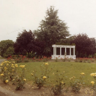 Sur ce monument figuraient 10 noms de camarades morts pour la France ...