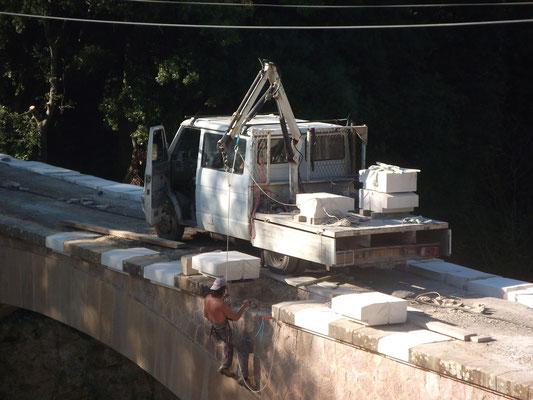 Restauration du pont des Ribières suit aux crues de juin 2010. Remplacement de quelques pierres de rive côté aval.