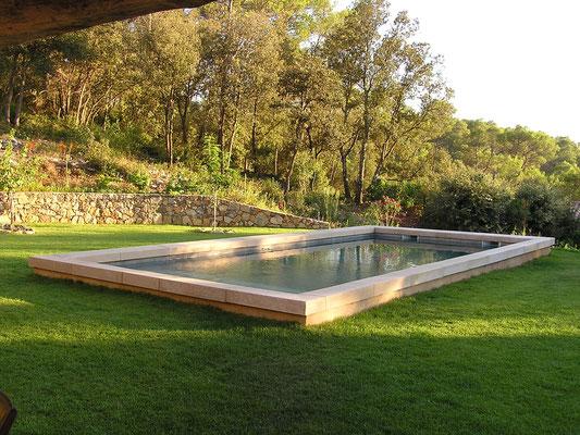 Piscine bassin en Massangis épaisseur 14 cm avec pente façon lavoir.