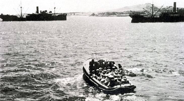 """Die Besatzung wird an Bord der """"Tacoma"""" gebracht."""