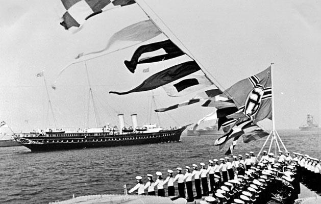 """Die Königliche Jacht  - Paradeaufstellung auf der """"Graf Spee""""."""