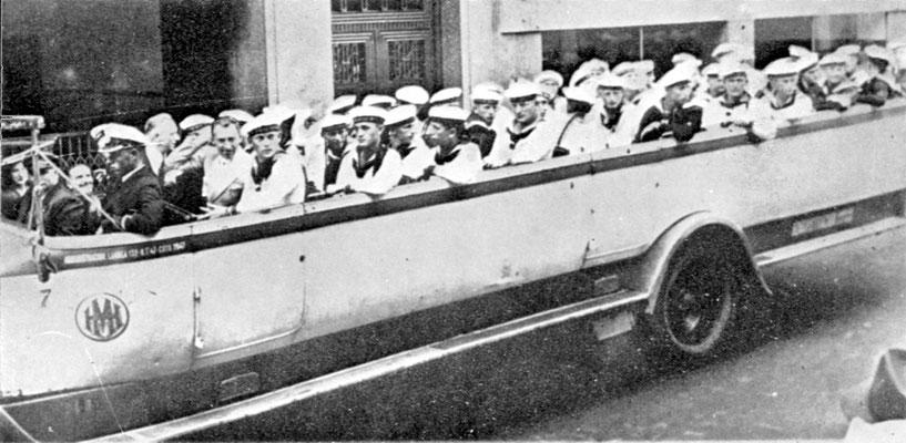 """Touristenbusse, der Form und Länge wegen, auch """"bañadera"""" genannt. (Badewanne)"""