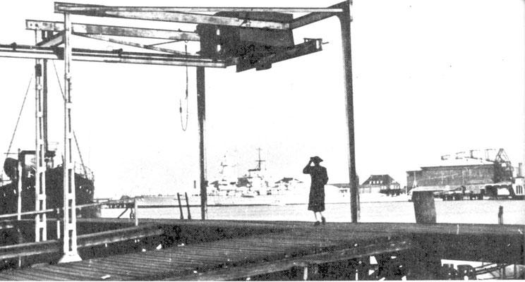 """Die """"Graf Spee"""" im """"Hipper-Hafen"""" an der """"Seydlitz-Brücke"""" liegend - ein stimmungsvolles Bild in friedlichen Zeiten."""