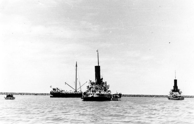 """Die Reede der """"Dársena Norte"""".  Auf den beiden kleinen Boote befanden sich Behördenvertreter der argentinischen Hafenpräfektur und der deutsche Botschafter v. Thermann, um die weiteren Voraussetzungen und die Vorgehensweise abzustimmen."""