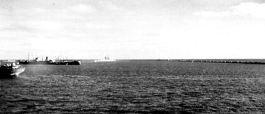 """Die """"Tacoma"""", die, mit der Besatzung an Bord, der """"Graf Spee"""" gleich folgen wird."""